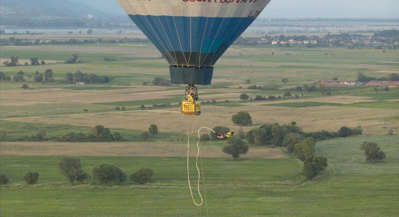 Бънджи скок от балон в Казанлък 2004 г. Скача Васето :)